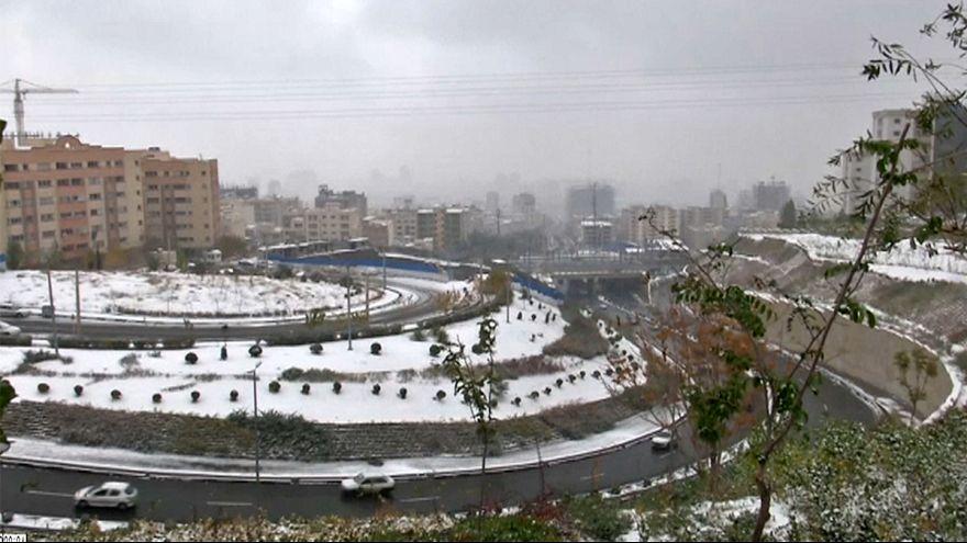 Teherán: a szmog után megváltást hozott a havazás