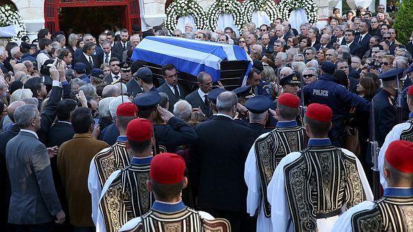 Πλήθος κόσμου στο «τελευταίο αντίο» στον Κωστή Στεφανόπουλο