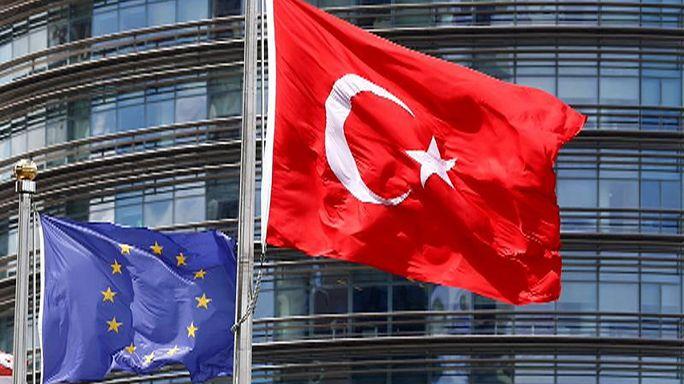 Breves de Bruxelas: Turquia e Brexit dominam sessão do Parlamento Europeu