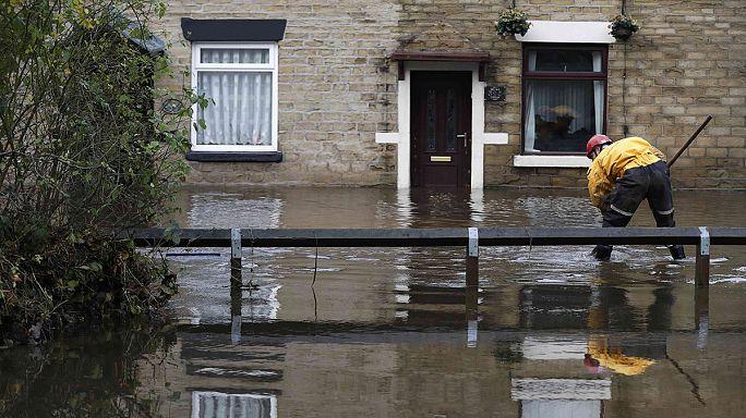 İngiltere'de şiddetli fırtına hayatı felç etti