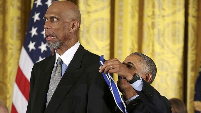 حسين أوباما يُكرِّم 21 شخصية أمريكية في البيت الأبيض