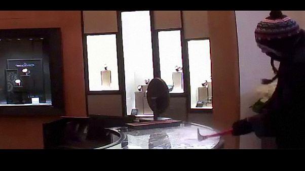 New York: rapinano negozio di lusso sotto le telecamere