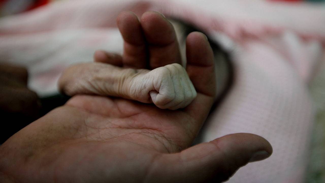 Image: A Picture and its Story: Yemeni father mourns baby girl who died of