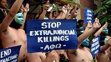 «Γυμνή» διαμαρτυρία κατά της ταφής του πρώην δικτάτορα Φέρντιναντ Μάρκος