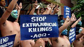 """Protestan desnudos contra el entierro como """"héroe"""" del exdictador Ferdinand Marcos"""