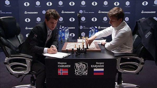 ماغنوس كارلسن يتوج بالجولة العاشرة من المباراة النهائية لبطولة العالم للشطرنج