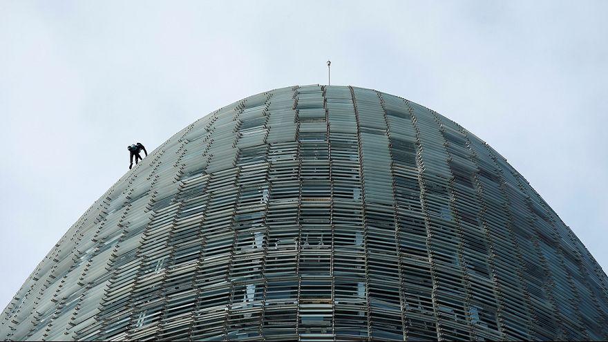 """Le """"Spiderman français"""" escalade une tour de plus de 140 mètres à Barcelone"""