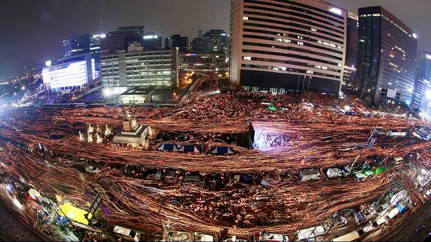 Güney Kore'de 1,5 milyon kişi devlet başkanının istifasını istedi