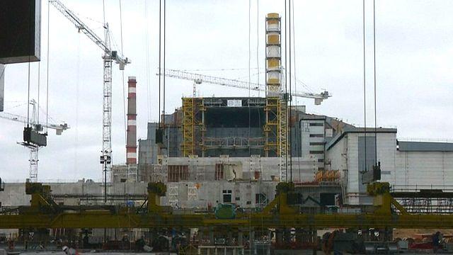 Tschernobyl-Reaktor verschwindet unter Schutzhülle, aber Probleme bleiben
