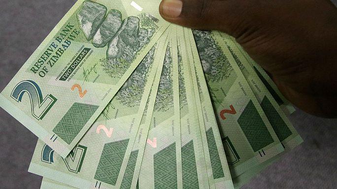 Comienzan a circular en Zimbabwe los nuevos bonos después de que el país abandonara su moneda en 2009