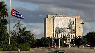 Félárbocon a zászlók Havannában