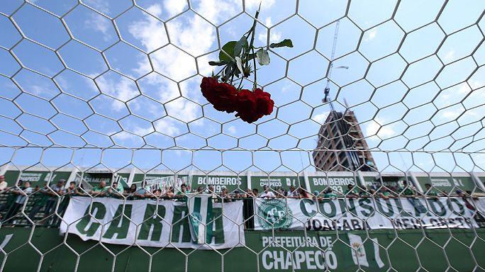Vigilia frente a la sede del club brasileño Chapecoense