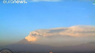 بركان بوبوكاتبتبيل ينفث الرماد والغاز