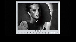La donna in bianco e nero del calendario Pirelli