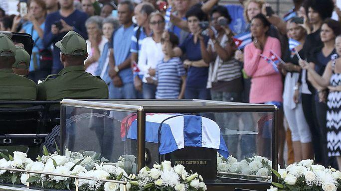 Le ceneri di Fidel Castro lasciano l'Avana per Santiago tra gli applausi di due ali di folla