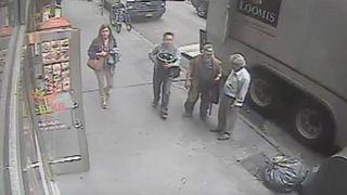Un ladrón grabado mientras roba un cubo con oro