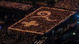 Tailandeses em vigília pelo rei morto na véspera de sucessão polémica