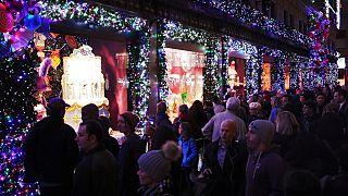 I grandi magazzini newyorchesi entrano in atmosfera natalizia