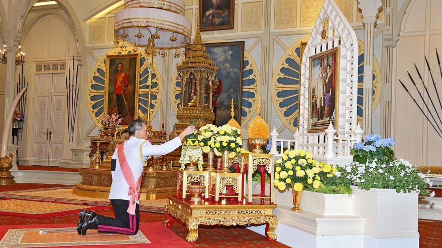 Le prince héritier de Thaïlande prie pour son père défunt