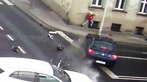 نجات معجزه آسای عابر پس از برخورد دو خودرو در لهستان