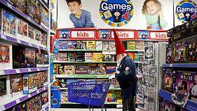 Natale: spesa per i regali diminuisce nel Regno Unito, aumenta in Italia