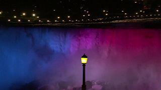 Канада: Ниагарский водопад светится ярче