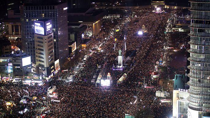 Az elnök lemondását követelő tömegtüntetés Szöulban