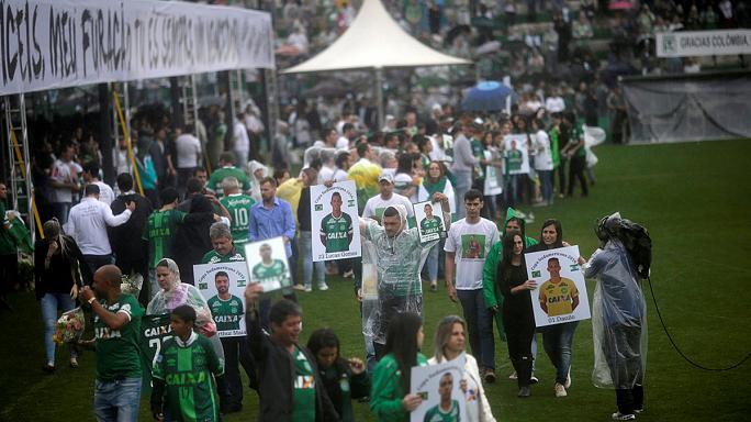 """البرازيليون يودعون فريقهم """"تشابكوينسي"""" بالدموع"""