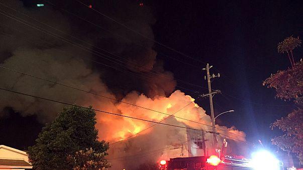 California teme 40 muertos en el incendio de un almacén mientras se celebraba un concierto