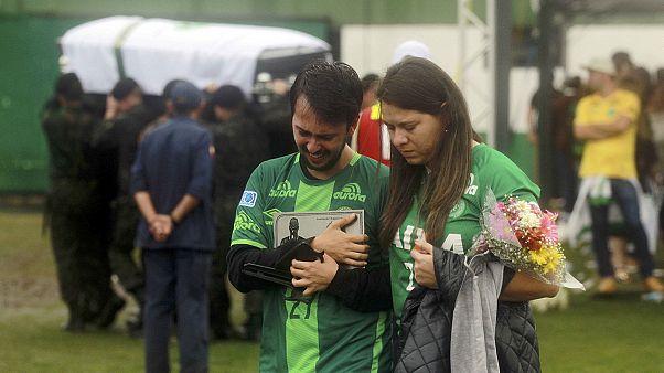 ادای احترام اهالی شپه کوی برزیل به اعضای جانباخته تیم فوتبال
