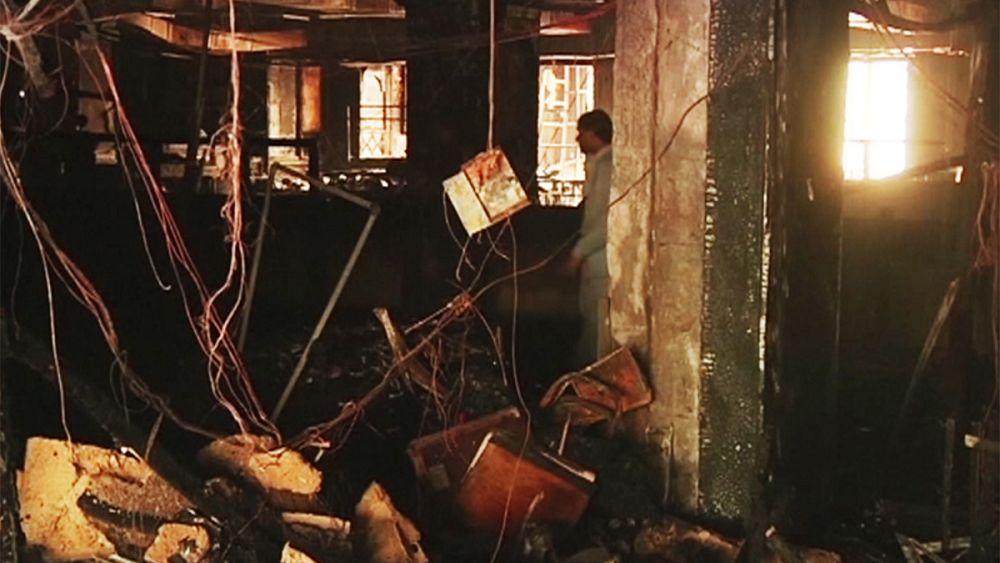 عشرات القتلى والجرحى جراء حريق في فندق بكراتشي الباكستانية