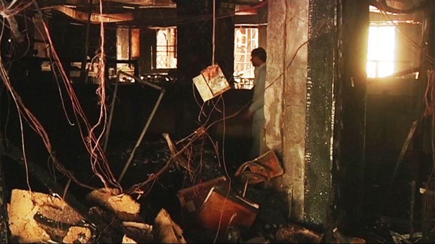 Пакистан: постояльцам горящего отеля пришлось спасаться самим