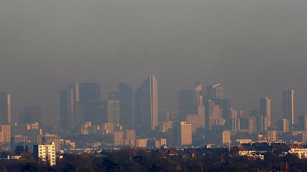 Smog in Paris as pollution levels soar