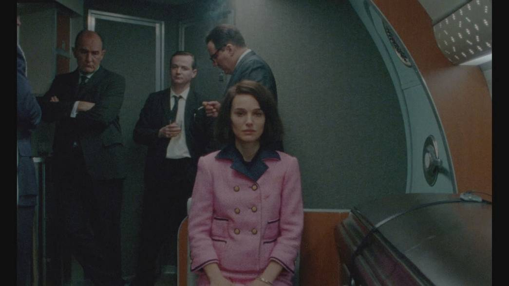 """Jackie"": Natalie Portman na pele e no vestido de Jackie Kennedy"