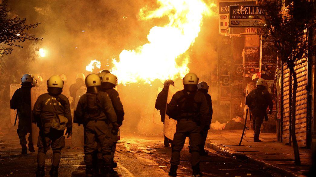 Athènes : des jeunes manifestants affrontent la police