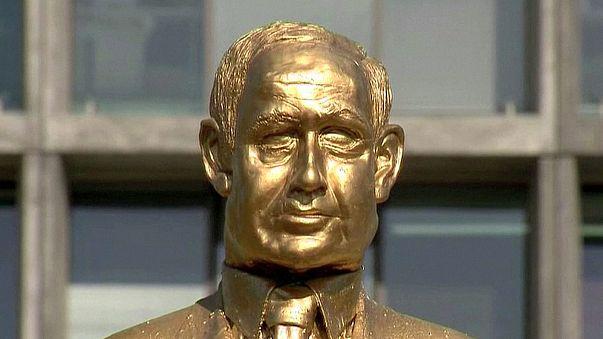 Israele. Compare a Tel-Aviv statua in oro di Bibi Netanyahu