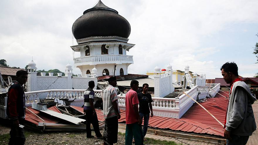 Endonezya'nın Açe vilayetini vuran depremde ölü sayısı 100'e yükseldi