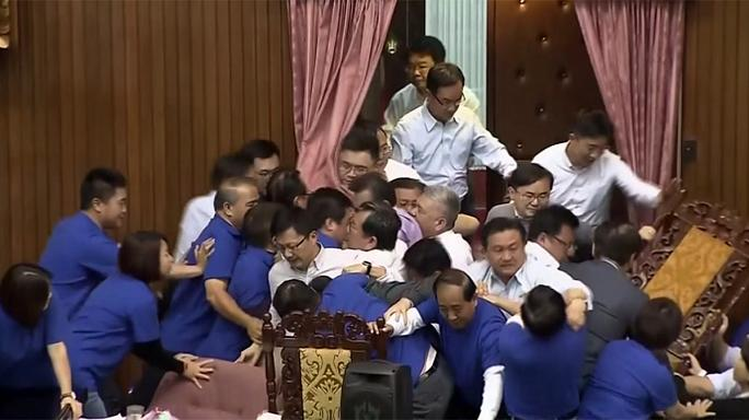 Összeverekedtek a képviselők a tajvani parlamentben