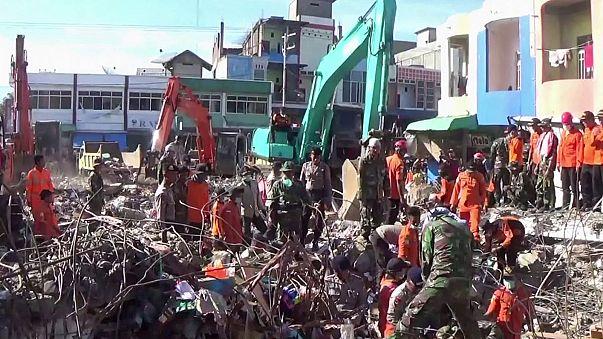 Más de un centenar de muertos por el terremoto de Indonesia