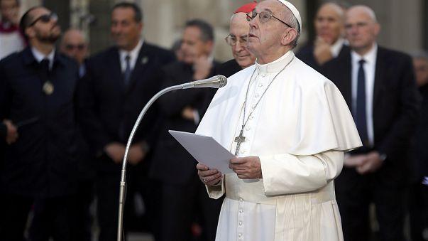 البابا فرنسيس يصلي من أجل العاطلين عند تمثال العذراء بروما