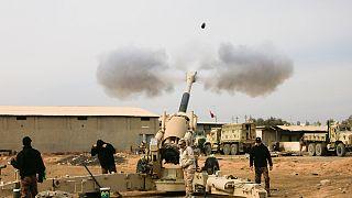 Az iraki tüzérség az Iszlám Állam állásait lövi Moszultól délkeletre