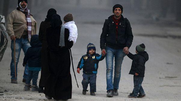 Miles de civiles siguen huyendo del este de la ciudad siria de Alepo