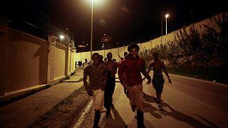 مهاجرون أفارقة يقتحمون السياج الحدودي لجيب سبتة الإسباني في شمال المغرب