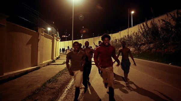 Migrantes africanos irrompem pela fronteira de Ceuta