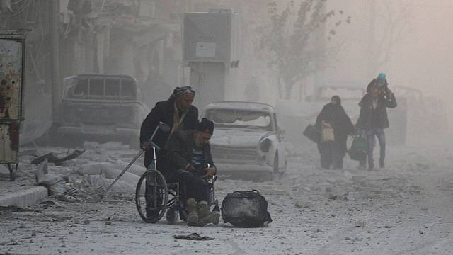 موجة نزوح من أحياء شرق حلب مع تواصل القصف