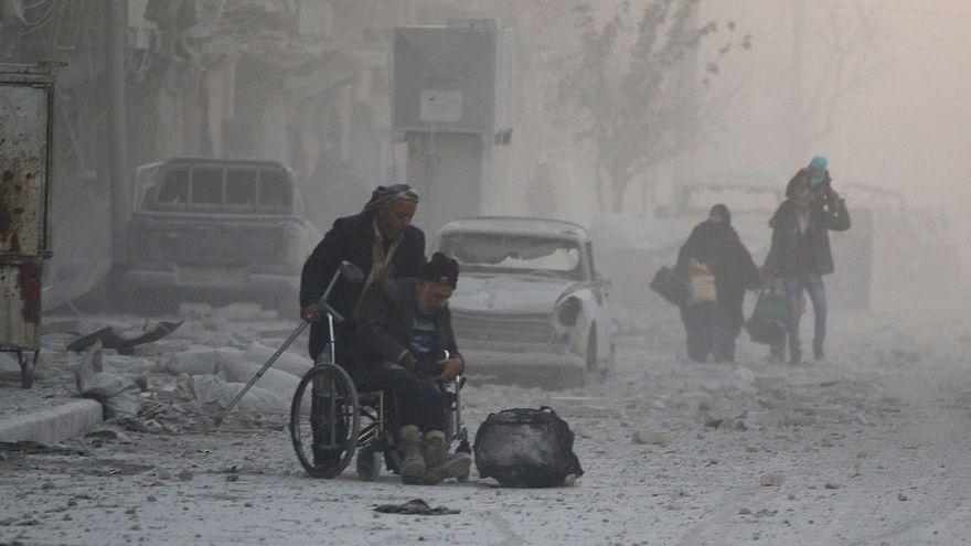 L'esodo dei civili in fuga dall'inferno di Aleppo est