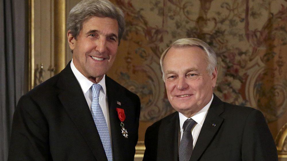 Friss hírek: Párizsban tartottak megbeszélést az Aszad elnökkel szemben álló országok. Ott volt egyebek közt a német, a brit, az amerikai és a török külügyminiszter is.