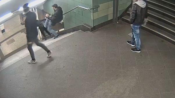 Video: Berlin metrosunda acımasız saldırı