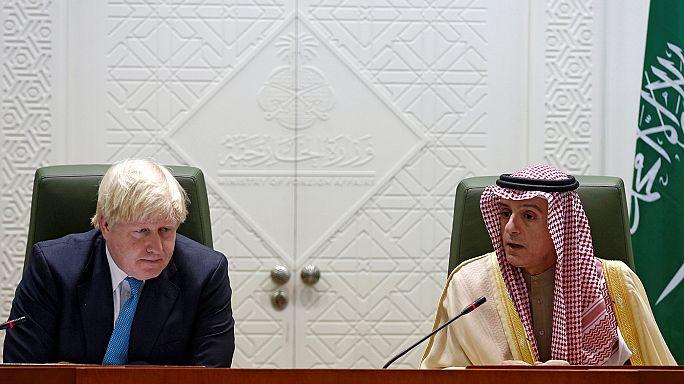 """Boris Johnson insiste en Riad sobre la """"histórica y franca"""" relación con Arabia Saudí"""
