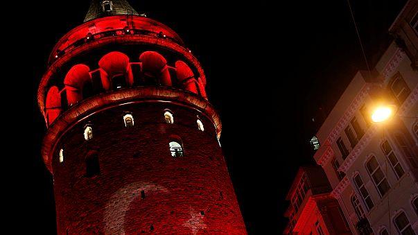 Istanbul : des centaines de personnes se recueillent sur les lieux du double attentat